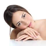 Schönheitsfrauenporträt mit perfekter Haut und französische Maniküre in den Händen stockbilder