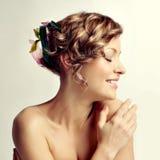 Schönheitsfrauenportrait, Frisur mit Blumen Lizenzfreie Stockfotografie