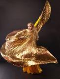 Schönheitsfrauentanz mit Goldflügel Stockbilder