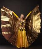 Schönheitsfrauentanz mit Goldflügel Stockfotos