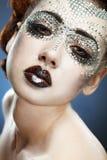 Schönheitsfrauenverfassung mit Kristallen auf Gesicht Stockfoto