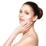 Schönheitsgesicht der Frau mit kosmetischer Creme auf Gesicht Stockbild