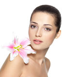 Schönheitsgesicht der hübschen Frau mit Blume Lizenzfreies Stockbild