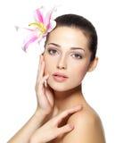Schönheitsgesicht der jungen Frau mit Blume Portrait über weißem Hintergrund Stockbilder