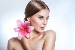 Schönheitsgesicht der jungen Frau mit Blume Portrait über weißem Hintergrund Porträt über weißem Hintergrund stockfoto
