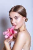 Schönheitsgesicht der jungen Frau mit Blume Portrait über weißem Hintergrund Porträt über weißem Hintergrund stockfotos