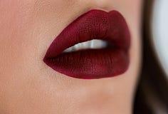 Schönheitsgesicht mit dunkelrotem Lippenstift, pralle volle sexy Lippen Nahaufnahme von Mädchen mouth mit Berufslippenmake-up stockbild