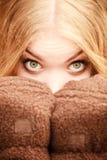 Schönheitsgesichtsfrau in der warmen Kleidung im Freien Stockfotografie