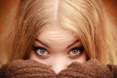 Schönheitsgesichtsfrau in der warmen Kleidung im Freien Stockfotos