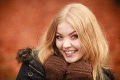 Schönheitsgesichtsfrau in der warmen Kleidung im Freien Stockbilder