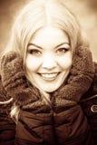 Schönheitsgesichtsfrau in der warmen Kleidung im Freien Lizenzfreie Stockbilder