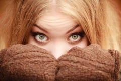 Schönheitsgesichtsfrau in der warmen Kleidung im Freien Lizenzfreies Stockfoto