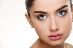 Schönheitsgesichtsporträt der jungen Frau lokalisiert auf Weiß lizenzfreies stockbild