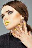 Schönheitsgesichtsporträt Lippen, Nagel-Gelb Lizenzfreie Stockfotos