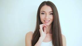 Schönheitsgesichtssorgfalt Schönheitsgesichtsabschluß herauf Studio auf weißem Hintergrund Säubern Sie neue Hautnote besitzen Ges stock video