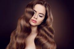Schönheitshaar Brunettemädchen mit dem langen glänzenden gewellten Haar Schön Stockfotos