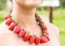 Schönheitshals mit den roten Perlen gemacht von der frischen Erdbeere Stockfotografie