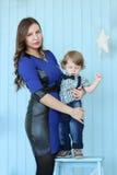 Schönheitshaltungen mit ihrem kleinen Sohn Lizenzfreie Stockfotografie
