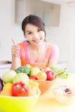 Schönheitshausfrau in der Küche Stockbilder