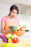 Schönheitshausfrau in der Küche Stockfotografie