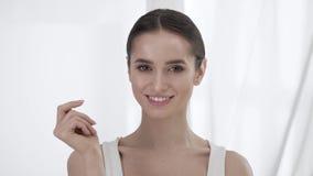 Schönheitshaut Attraktive Frauen-rührendes Gesicht durch Finger-Porträt stock video