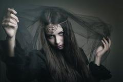Schönheitshexe mit schwarzem Schleier stockbild