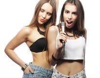 Schönheitshippie-Mädchen mit einem Mikrofon Spaß singend und habend Stockbild