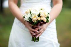 Schönheitshochzeitsblumenstrauß in Braut ` s Händen, Abschluss- oben Stockfoto