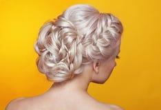 Schönheitshochzeitsfrisur Braut Blondes Mädchen mit gelocktes Haar styl Lizenzfreie Stockfotografie