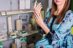 Schönheitskäufer, wählt Schmuck Im Hintergrundschaukasten Stockfotografie