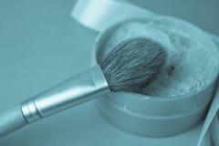 Schönheitskasten, bröckeliges Mattmineralpulver mit einer speziellen braunen schönen hölzernen Bürste vom natürlichen Haar für Ma lizenzfreie stockfotografie