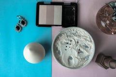 Schönheitskasten, Make-upausrüstung, pulverisieren und erröten mit Schönheitsmischmaschine, Parfüm, Lippenstift, Leuchtmarker und stockbilder
