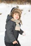 Schönheitskleinkindjunge im Schnee Stockbild