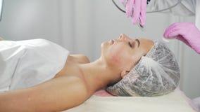 Schönheitsklinik Eine Frau erhält Schönheit Gesichtscosmetologyverfahren stock footage