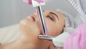 Schönheitsklinik Eine Frau erhält Schönheit Gesichtscosmetologyverfahren stock video