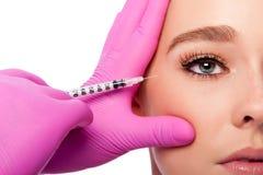 Schönheitskollagen-Füllereinspritzung in den Krähenfüßen am Auge lizenzfreie stockbilder