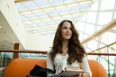 Schönheitskursteilnehmer im Campus stockfotos