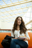 Schönheitskursteilnehmer im Campus lizenzfreies stockfoto
