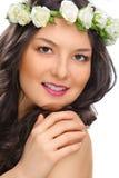 Schönheitslächelnfrau mit der Blume lokalisiert Stockfoto