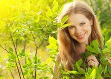 Schönheitsmädchen in der Natur Stockbilder