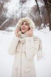 Schönheitsmädchen der Winterhintergrund Lizenzfreie Stockbilder
