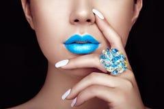 Schönheitsmädchen-Gesichtsabschluß oben mit den blauen Lippen Stockfotografie