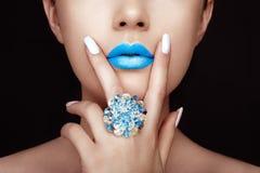 Schönheitsmädchen-Gesichtsabschluß oben mit den blauen Lippen Stockbild