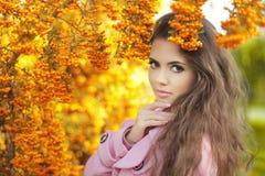 Schönheitsmädchen-Herbstporträt der Mode modisches Brunettefrau vorbei Lizenzfreie Stockfotografie