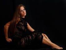 Schönheitsmädchen im schwarzen Kleid Lizenzfreies Stockfoto