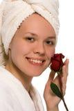 Schönheitsmädchen im Tuch nach Dusche Stockfotos