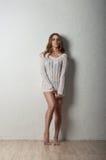 Schönheitsmädchen im weißen Pullover Lizenzfreies Stockbild