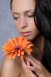Schönheitsmädchen mit Blume Lizenzfreies Stockfoto