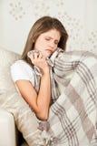 Schönheitsmädchen mit dem umfassenden Stillstehen der Wollen im Bett Stockfotos