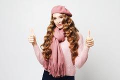 Schönheitsmädchen mit der gelockten perfekten Frisur, die rosa Barett über weißem Hintergrund trägt lizenzfreie stockbilder
